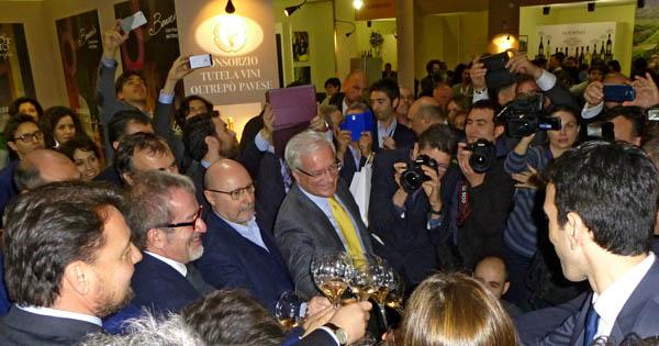 Brindisi con le autorità. Il Presidente Maroni, Il Ministro Martina...